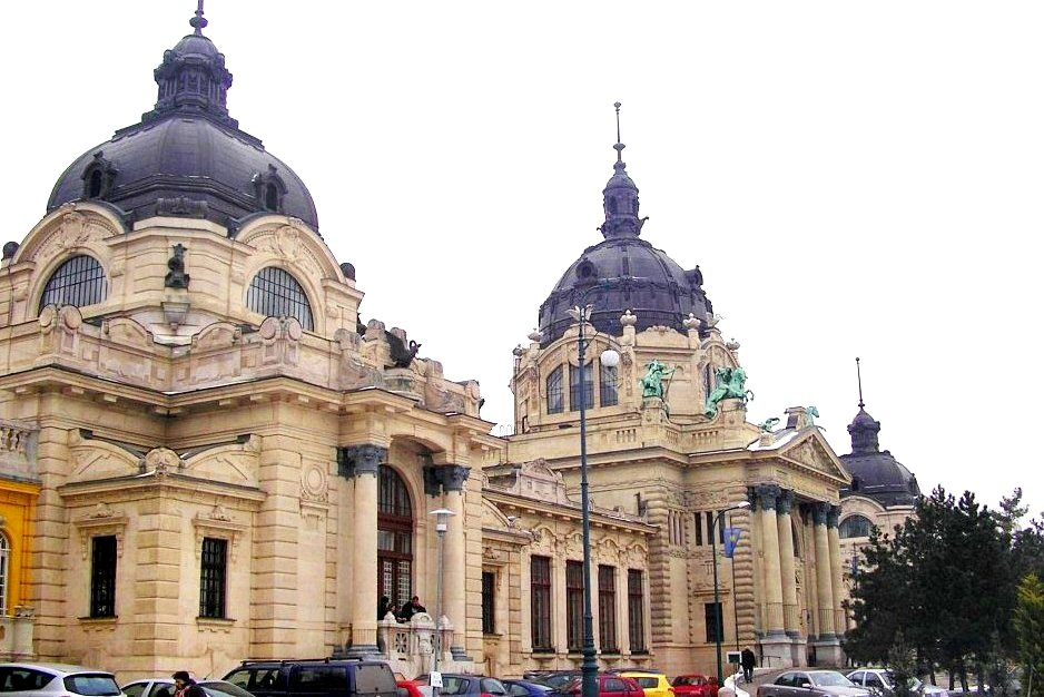 Купальни Сечени построены в 1913 году в стиле необарокко