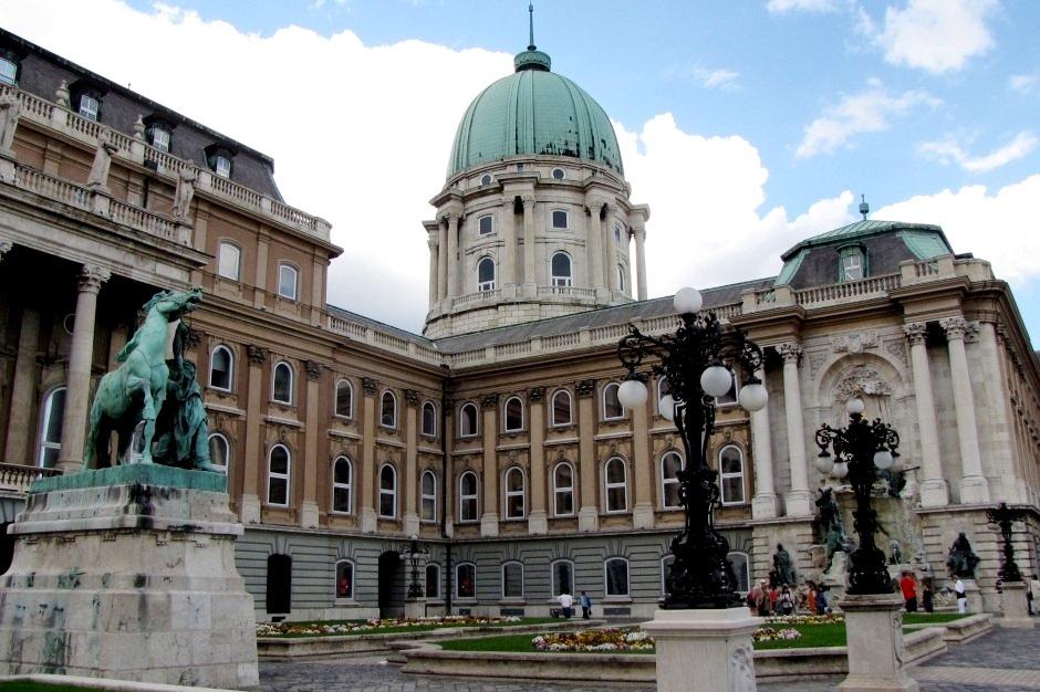 Памятник Евгению Савойскому во дворе королевского дворца
