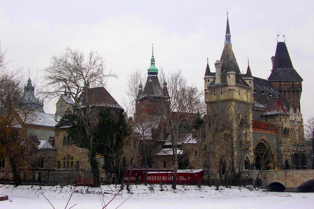 Замок Вайдахуняд в Будапеште – копия румынского замка Корвинов