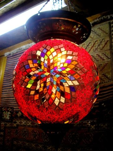 Такие красивые лампы из разноцветного стекла можно приобрести в качестве сувенира