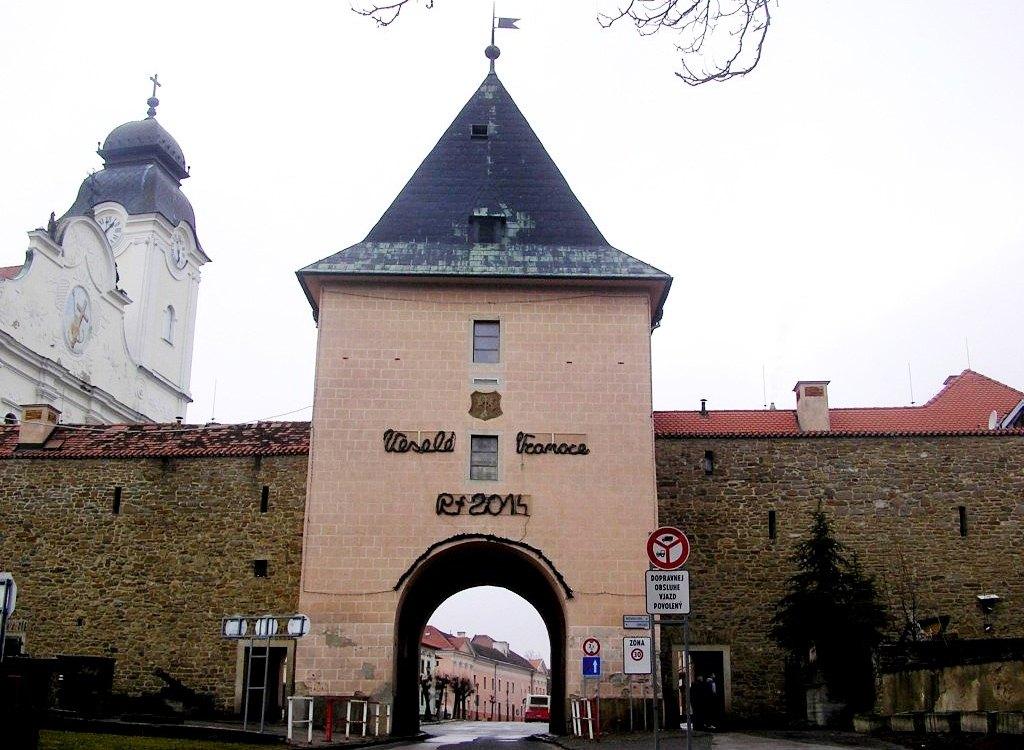Старинная Кошицкая брама - главные ворота Левочи. Приветственная надпись желает всем веселого Рождества (Vesele Vianoce)