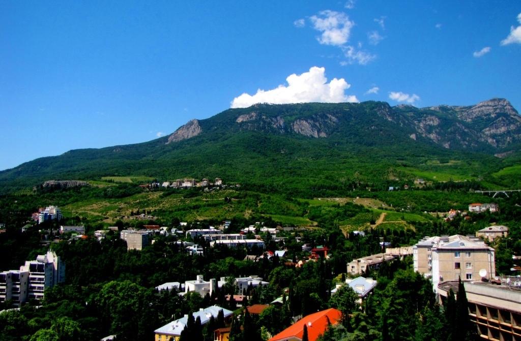 Гурзуф в окружении гор