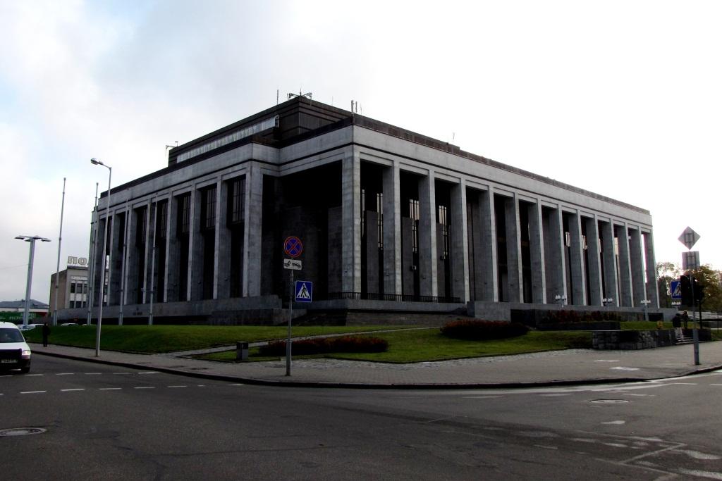 Дворец Республики (1985-2001). Здание напоминает мавзолей, но гигантских размеров.