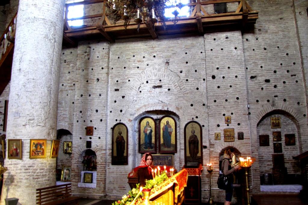 Интерьер Коложской церкви. Отверстия в стенах - голосники (усилители звука XII века)