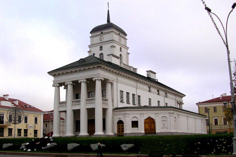 Восстановленная в 2003 г. ратуша. В Беларуси не то что не разрушают, а даже восстанавливают памятники архитектуры. просто так, для красоты.
