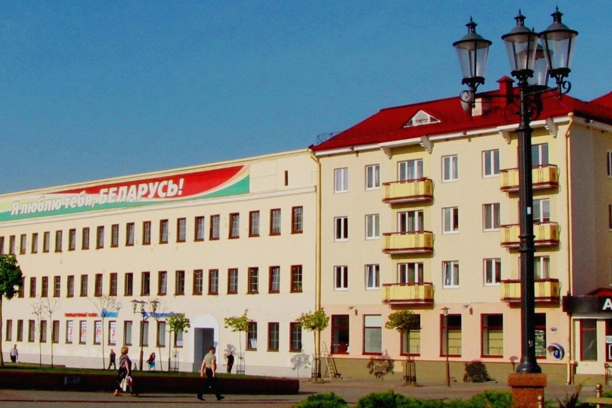 """Где курятники из вагонки вместо балконов? Где кондиционеры и прочие """"украшения""""? Эх, ничего белорусы в красоте фасадов не понимают."""