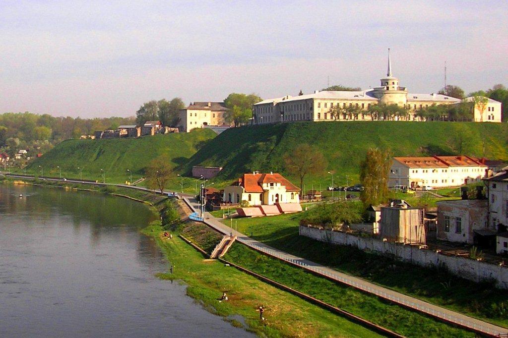 Справа ближе - Новый замок (здание со шпилем), дальше - Старый замок