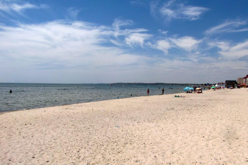 Если пройти немного дальше от центра, то вы окажетесь на пустом просторном чистом пляже.