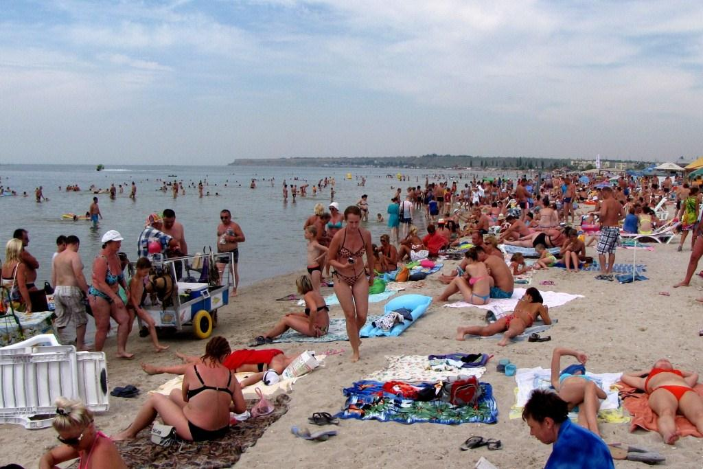 Один из самых многолюдных пляжей в центре Коблева