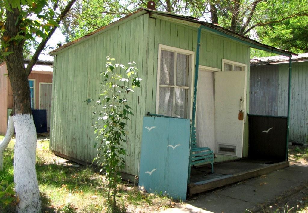 Что это? Собачья будка? Нет, это отдельный домик для отдыхающих.